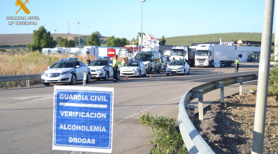 La Guardia Civil de Tráfico de Córdoba intercepta en la autovía A-4 al conductor de un camión que sextuplicaba la tasa de alcohol permitida
