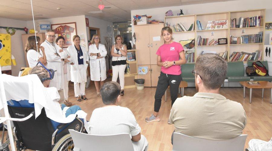 La atleta Belén Recio visita a los niños del Hospital Universitario Reina Sofía para fomentar hábitos de vida saludables.