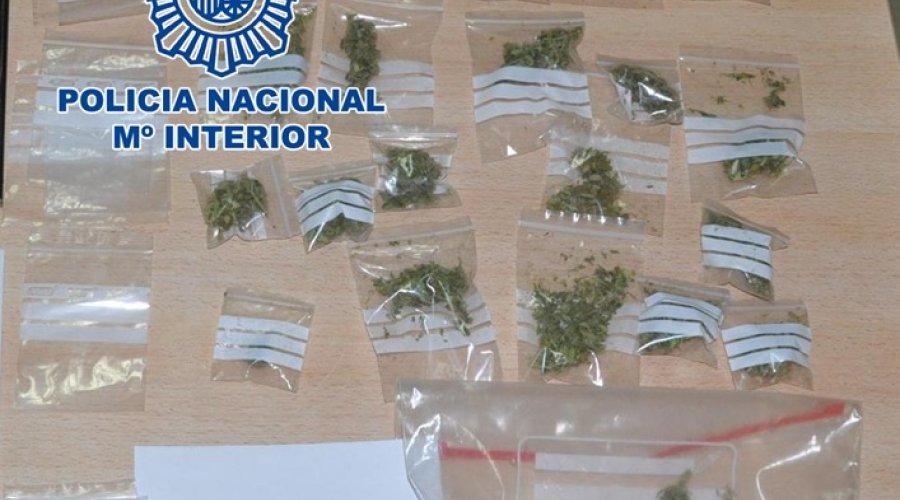 Detenido en Cabra un joven con 25 bolsitas de marihuana