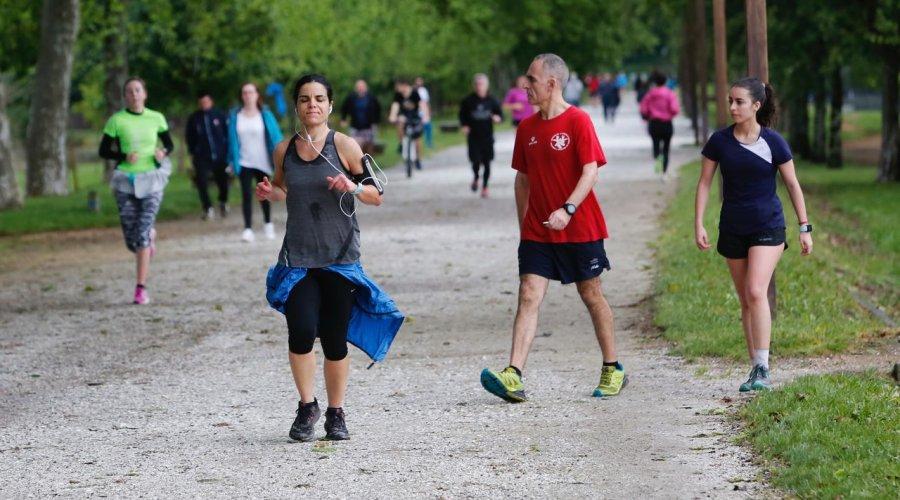 Los expertos recomiendan incrementar la distancia de seguridad cuando se hace deporte