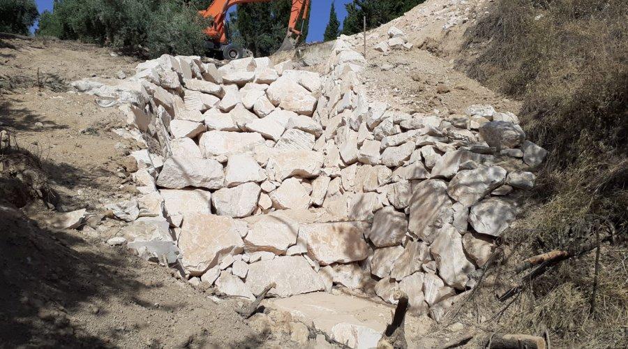 La Junta repara la desembocadura de un canal de hormigón en la carretera que une Cabra con Alcalá la Real